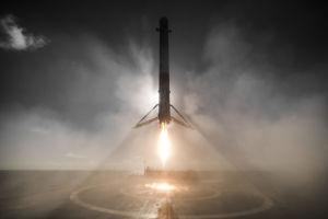 SpaceX-booster som landar på en pråm.