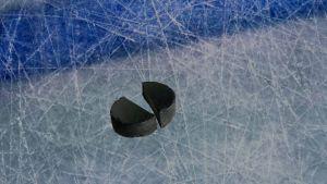 Kahtia haljennut jääkiekko jäällä