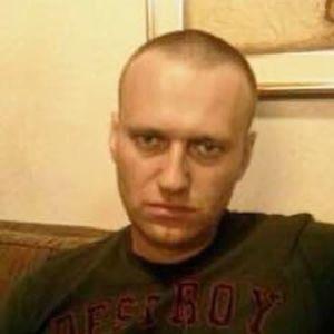 Aleksej Navalnyj tittar in i kameran med ett sammanbitet uttryck.