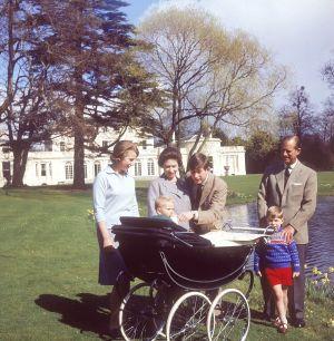 Drottning Elizabeth och prins Philip med sina barn Anne, Charles, Andrew och Edward (i vagnen) i april 1965 vid Frogmore House