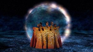 Kuva Mirages-elokuvasta, jossa esiintyjät ovat pukeutuneena suureen yhteiseen mekkoon. Heitä ympäröi valonkehrä.