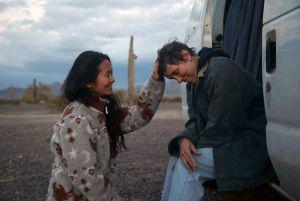 Elokuvaohjaaja silittää näyttelijänsä päätä.