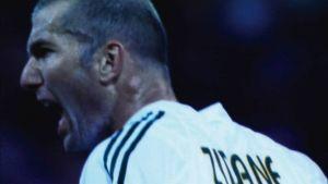 Lähikuva huutavasta jalkapalloilijasta, jonka selässä lukee Zidane.