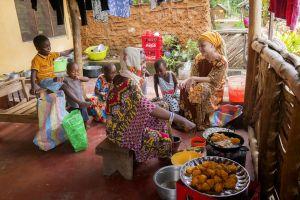 Mapenzi paistaa perunoita. Violan perhettä kotitalon verannalla Makongenin kylässä.