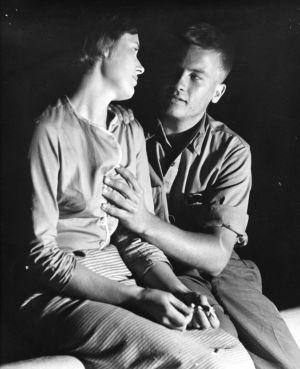 Irja Myllylä ja Lauri Haapanen elokuvassa Hetkiä yössä (1961).