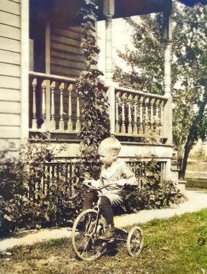 5-vuotias Allan Sihvola ajaa polkupyörällä Ohion Warrenissa 1925.