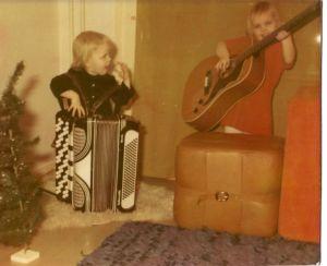 Anita ja Irene lapsina soittamassa harmonikkaa ja kitaraa.