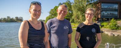 Camilla Gustafsson, Alf Norkko och Joanna Norkko står på en brygga vid havet framför Tvärminne zoologiska station.