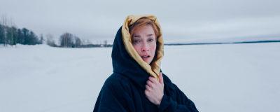 Bild på Veera Lapinkoski invirad i en slängkappa i snön.