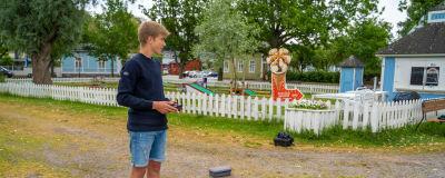 Bild av Jonah Svenskberg och en drönare som står på marken.