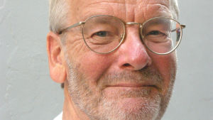 Calle Hård är journalist och författare.