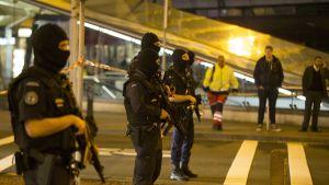 Delar av den livliga Schiphol-flygplatsen stängdes av och evakuerades tills larmet blåstes av vid tretiden natten till onsdag