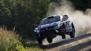 Jari-Matti Latvalas Wolkswagen-rallybil sladdar och hoppar i en kurva.
