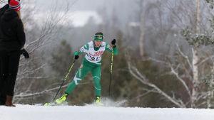 Flicka åker skidor