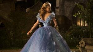 Lily James som Askungen i Disneyfilmen Cinderella
