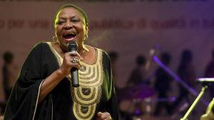 Miriam Makeba sjunger i mikrofon.
