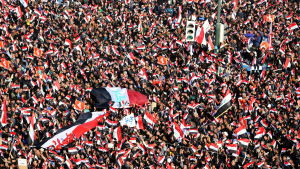 Folkhav demonstrerar på Tahrirtorget i Bagdad i Irak.