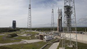 Atlas V-raket på startplattan i Cape Canaveral.