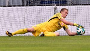 Lukas Hradecky räddar ett skott för Eintracht Frankfurt.