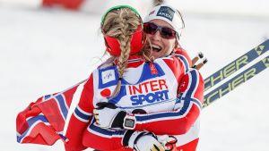 Marit Björgen och Therese Johaug kramar om varandra, VM 2015.