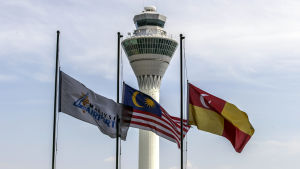 Bland annat Malaysias flagga hissades på halvstång på Kuala Lumpurs internationella flygplats.