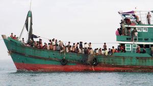 Indonesien har tagit emot 430 båtflyktingar från Burma som har drivit på havet i månader.