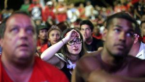 Rousseff-anhängare ledsna efter att riksrättsprocessen gick vidare.
