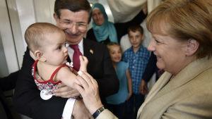 Ahmet Davutoglu och Angela Merkel besöker flyktingslägret Nizip i Gaziantep, Turkiet.