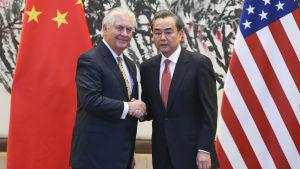 USA.s utrikesminister Rex Tillerson och Kinas utrikesminister Wang Yi lovade att prioritera diplomati i konflikten om Nordkorea trots Tillersons hökaktiga uttalande i Seoul dagen innan