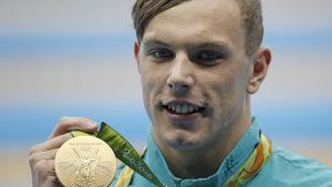 Kyle Chalmers med OS-guldmedaljen.