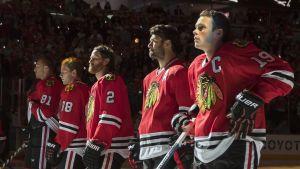 Chicago Blackhawks-spelarna under nationalsången.