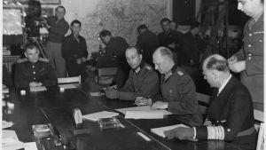 Generalöverste Alfred Jodl undertecknar Tysklands ovillkorliga kapitulation i Reims den 7 maj 1945.