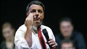 Italiens premiärminister Matteo Renzi under ett valmöte i Rom inför folkomröstningen om landets grundlag.
