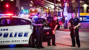 Polisen jagar krypskyttarna som sköt mot polisen under en demonstration i Dallas.