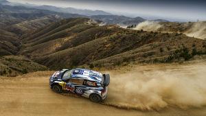 Sebastien Ogier rattar sin bil i VM-rallyt i Mexiko.