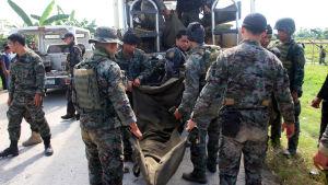 49 poliser dog då Mororebeller och poliser drabbade samman.