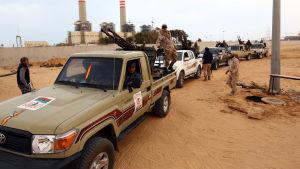 Forna rebeller som stöder Tripoli-regeringen väntar på att anfalla IS i Sirte.