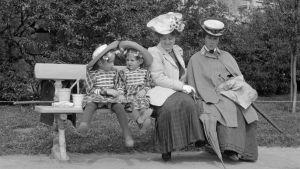Kvinnor och barn på Skatudden i Helsingfors år 1906.