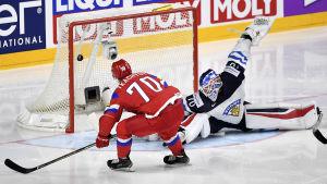 Vladimir Tkachyov sätter in pucken bakom Joonas Korpisalo.