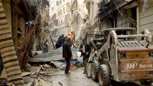 Röjning efter bombning i Aleppo
