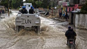 Fredsbevarare i Haitis huvudstad Port-au-Prince efter att orkanen Matthew slog till.