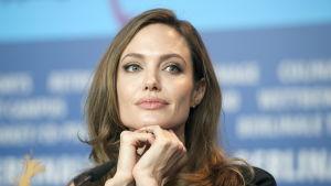 Angelina Jolie på presskonferens under Berlinale 2012.
