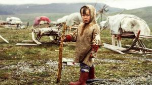 Eläkeläispariskunta matkustaa vielä kerran vaikeisiin oloihin Siperan tundralle.
