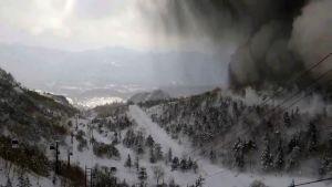 Tjock, svart rök stiger upp från vulkanen efter utbrottet.