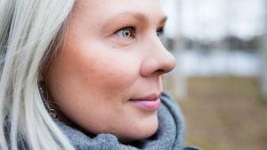 Elina Koskelainen sivuprofiilissa.
