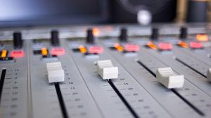 Ett mixerbord i en radiostudio.