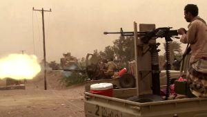 Jemenitiska regeringsstyrkor i eldstrid strax söder om flygplatsen i Hodeidah, Jemen, den 15.6.