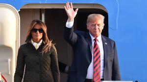 Donald och Melania utanför sitt flygplan.