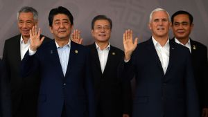 Japans premiärminister Shinzo Abe (till vänster i förgrunden) och USA:s vice president Mike Pence (till höger i förgrunden) med Sydkoreas president Moon Jae-in i mitten, på Apecmötet i Port Moresby.