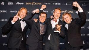 Gasellit riemuitsevat kädet ilmassa Vuoden yhtye -palkintoaan Emma-gaalassa.